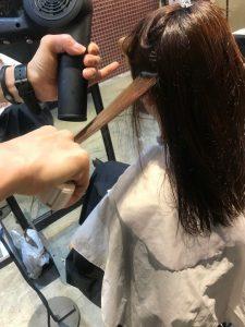 専用ブラシで毛髪の形状を整えます